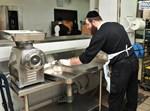 """חלוקת מזון ב'אשל מפעלי רווחה - כולל חב""""ד'. צילום: אליהו הלוי"""