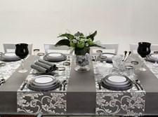 שולחן עם מוצרי חד פעמי