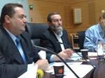 """יו""""ר ועדת הכספים, ח""""כ משה גפני, עם שר התחבורה במהלך הדיון"""