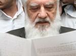 רפאל פנחסי עם מכתב ההדחה. צילום: יצחק לב ארי