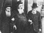במרכז: בעל 'אהבת ישראל' מויז'ניץ
