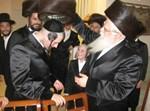 """האדמו""""ר חובש את השטרימעל לחתן. צילום: ישראל דיסקינד"""
