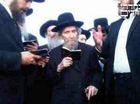 הרב שטינמן בקבר אשתו (3)