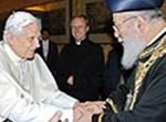 """האפיפיור עם הגר""""ש עמר. צילום: איי אף פי"""