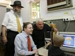 שר הבריאות, פיני גרשון והרב גלויברמן נהנים מביצועי המחשב