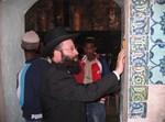 הרב שמואל רבינוביץ קובע מזוזה בשער החדש שנפרץ לכניסת גברים בלבד
