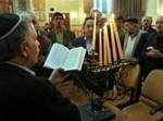 יהודי טהרן חוגגים חנוכה בבית-כנסת, השנה * צילום: איי פי