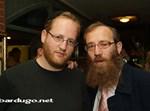 ימשיך לעזור, דודי שוומנפלד (מימין, עם חבר). צילום: ישראל ברדוגו