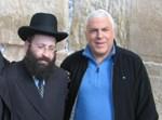 פיני גרשון, מוביל הקמפיין, עם רב הכותל, הרב שמואל רבינוביץ, במהלך הכנת הפרסומת