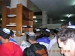 מתפללים  על ציון ה'באבא סאלי'. צילום: אל_אבי23