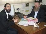 הרב מנחם ברוד והרב זלמן רודרמן, עורכי 'שיחת השבוע'