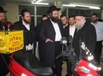 """אופנוע 'הצלה ישראל' ברחובות, עם רב העיר, הגר""""ש קוק"""