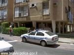 """ניידת בפתח בית הנשדדת. צילום: דובר משטרת ת""""א"""