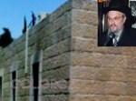 הרב הלפרין לצד הפיח מחלונות בית-הכנסת • צילום: אמציה האיתן