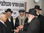 הרב הלפרין מקבל את פני קצב. מאחור הרבנים הראשיים וליצמן • צילום: COL