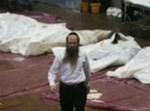 הרב נחמיה וילהלם  עובר בין הגופות בפוקט, בצילום של רויטרס