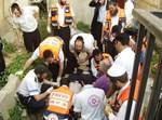 אנשי ההצלה מטפלים בפצוע בזירת האסון. צילום: דוברות הצלה ישראל