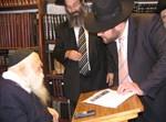 """חברי הוועדה, ר' משה מונטג והרב אברהם רובינשטיין, מקבלים את ברכת הגר""""ח קנייבסקי"""