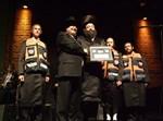 """הרב דוקי גרינוולד מקבל את האות מראש העיר לופוליאנסקי. צילום: יח""""צ"""