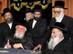 """הרב דוידוביץ' עם האדמו""""ר מויז'ניץ (עומד - קיצוני מימין). צילום: הגולש ישיעת משה"""