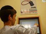 ילד מטעין נגן בבית החולים