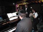 יוסי גרין על הפסנתר, שלמה כהן שר, שוקי לרר מצלם