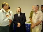 """מנכ""""ל בית החולים לניאדו, הרב חיים המרמן עם מפקדי היק""""ר בתרגיל"""