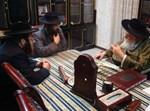 """הרב טוביה פרוינד (משמאל) בשיחה עם האדמו""""ר ובנו של הגר""""מ מאיר ברנדסדורפר  זצוק''ל"""