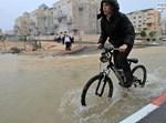 ילד בטיול אופניים סוער.  צילום: דרור גרתי