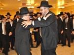 החתן בריקוד עם ראש העיר