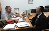 """מנהל בית החולים ד""""ר רפאל פולק עם הרב דוב פוברסקי"""