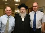 """בתמונה מימין: ד""""ר אהוד קוקיה מנכ""""ל מכבי, ח""""כ הרב יעקב ליצמן סגן שר הבריאות ומר יוסי ניסים ראש מחוז ה"""