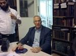 """ד""""ר ערן הלפרן בבית הגר''ח קנייבסקי. צילום: בחדרי חרדים"""