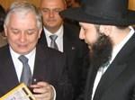 """הרב שלום בער סטמבלר, שליח חב""""ד בוורשה, בשיחה עם  הנשיא. צילום: col"""