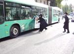 קורעים פרסומת מאוטובוס אגד החולף ליד מאה שערים