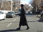 אברך חוצה את הכביש בניחותא, בלי חשבון (צילום: מנח זרקא)