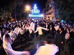 ריקודי השמחה ברחובה של עיר. צילום: ישראל ברדוגו