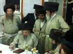 הרבי מלעלוב עם חסידיו בפולין