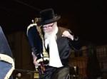 הרבי מסקווירא בריקוד עם ספר תורה. צילום: שוקי לרר