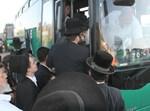 חרדים עולים לאוטובוס