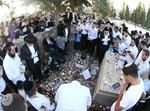מתפללים בקבר. צילום: בועז בן ארי