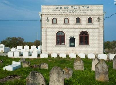 """בית הקברות שליד ציון הבעש""""ט. צילום: מנדי אור"""