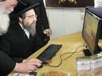 """הגרי""""מ שכטר מבצע את ההעברה דרך המחשב"""