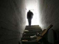 צללית אדם במדרגות