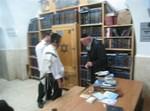 ר' נפתלי פרידמן, איש מירון, מתעסק בשלשלאות (צילום: משה גולדשטיין)