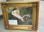 """תמונת הגר""""ח שהוענקה לגבאי בית הכנסת."""