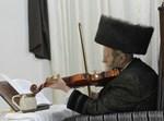 הרבי מקרעטשניף מנגן בכינור.צילום: שוקי לרר