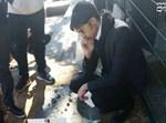 תלמיד בישיבה על הקבר הטרי (באדיבות המצלם)