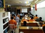 אסירים בבית כנסת באגף תורני