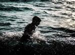 צעיר בחוף ים. אילוסטרציה